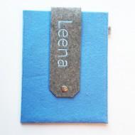 Untersuchungshefthülle hellblau mit Namen LEENA