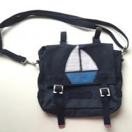 Häkelblume Design Kindergartentasche dunkelblau mit Segelboot